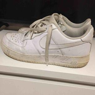 Air Force 1, Nike. Knappt använda. Köpta för ~1100 sek.  Size: 42  ~~ 📍 Varje plagg tvättas innan utskick.