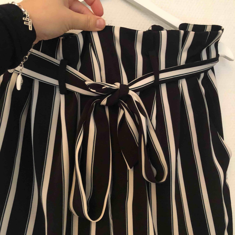 Helt nytt set med blazer och paperbag byxor från HM, stl 44 i både blazer och byxor men med tanke på bandet i byxorna går de att anpassa. 200 kr och frakt tillkommer . Kostymer.