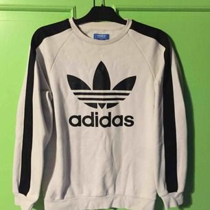 Säljer min vita Adidas original sweatshirt i storlek S 😇