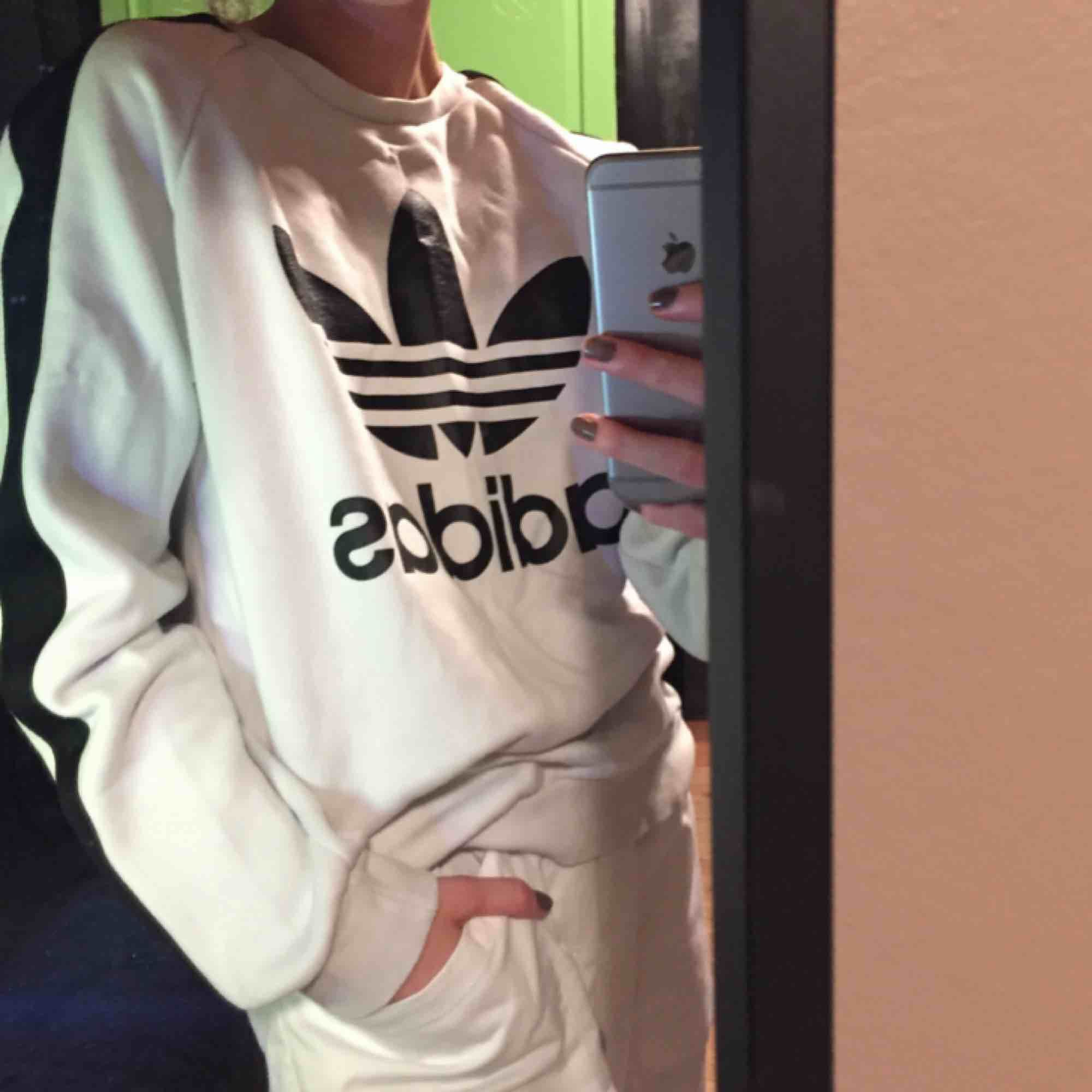 Säljer min vita Adidas original sweatshirt i storlek S 😇. Tröjor & Koftor.
