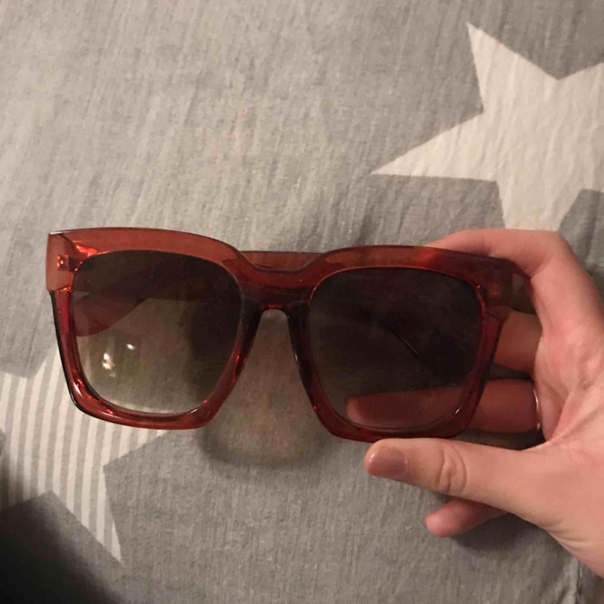 Stora solglasögon i 70-talsstil. Jättesnygga🌸✌🏼🕶. Accessoarer.