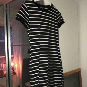 Superfin randig klänning. Kommer tyvärr inte ihåg vart jag köpte denna. Sparsamt använd och klänningen går en bit ovanför knäna. Köparen står för frakten :)