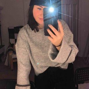 Sparsamt använd tröja med vida ärmar ifrån NAKD tror jag. Står inte vilken storlek den är, men skulle gissa på S. Köparen står för frakten :)