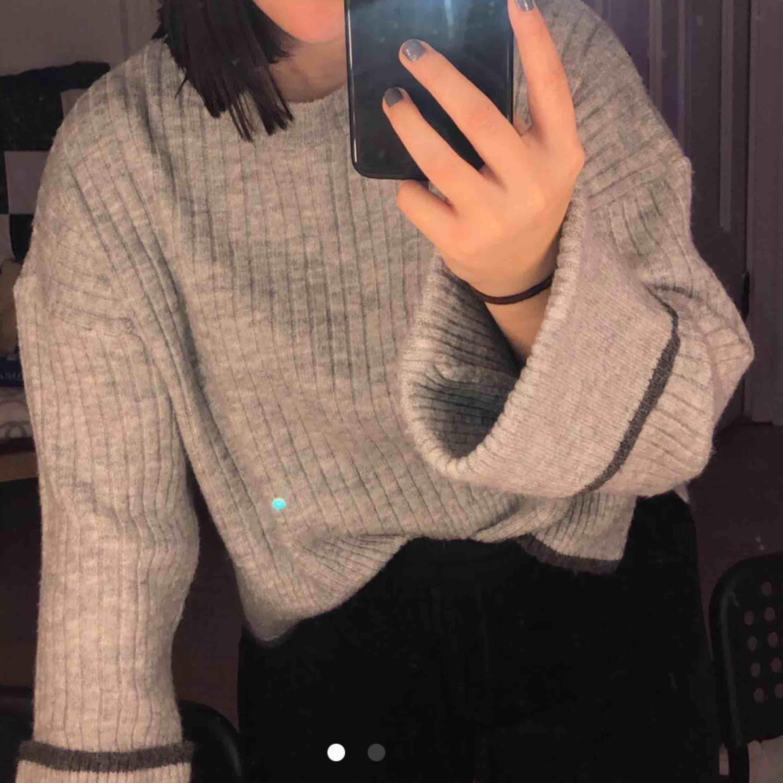 Sparsamt använd tröja med vida ärmar ifrån NAKD tror jag. Står inte vilken storlek den är, men skulle gissa på S. Köparen står för frakten :). Stickat.