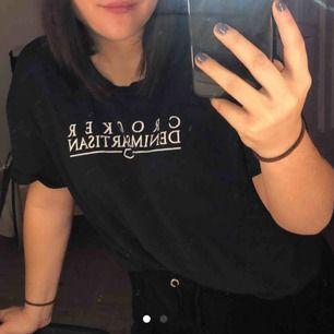 Marinblå t-shirt från Crocker. Storlek S men lite större i storleken, passar mig som oftast bär storlek M. Använd ett par fåtal gånger. Köparen står för frakten :)