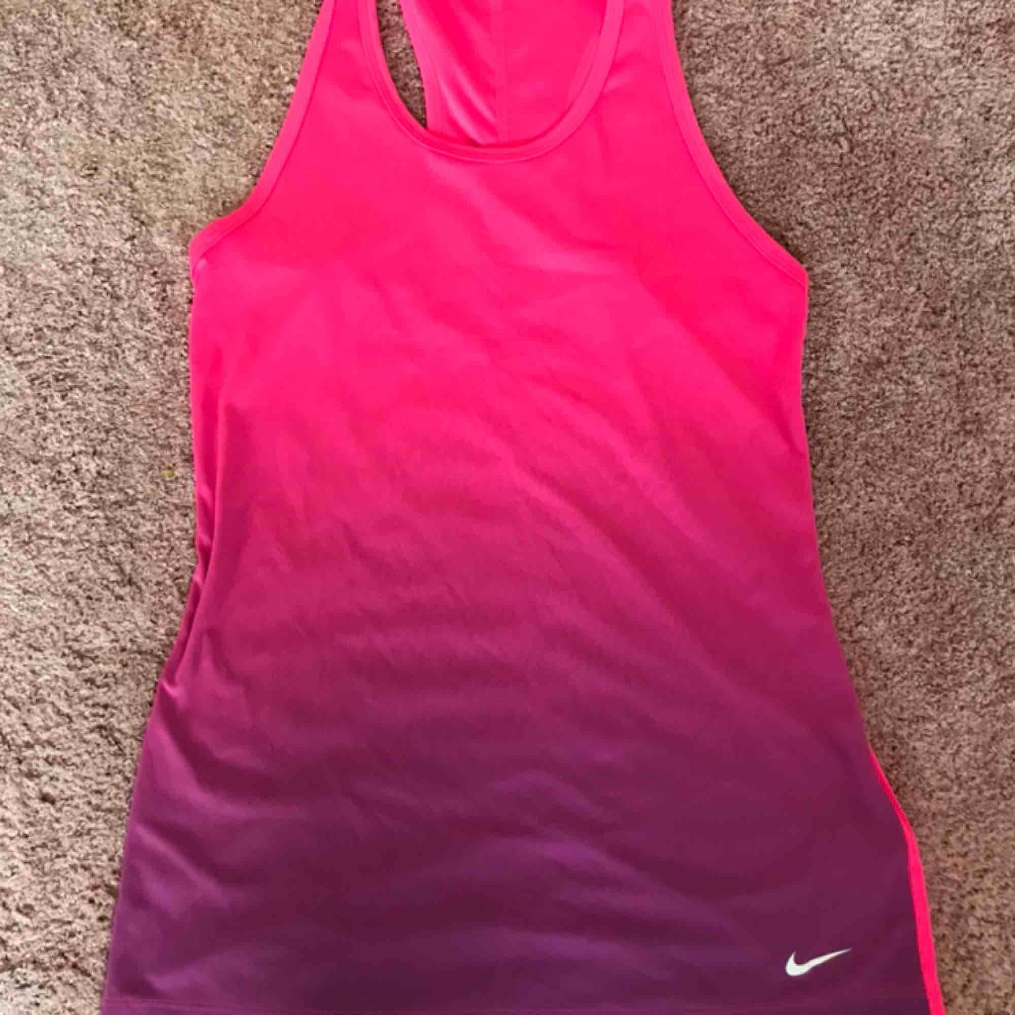 Träningslinne från Nike.  Använt ett fåtal gånger, mycket fint skick.  Pris kan diskuteras.  Kontakta gärna vid frågor :). Huvtröjor & Träningströjor.