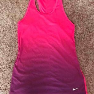 Träningslinne från Nike.  Använt ett fåtal gånger, mycket fint skick.  Pris kan diskuteras.  Kontakta gärna vid frågor :)