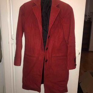 En röd kappa som jag fick skräddarsydd utomlands. Så finns ingen som har en likadan utan valde själv färg och knappar osv. Passar en XS-S.