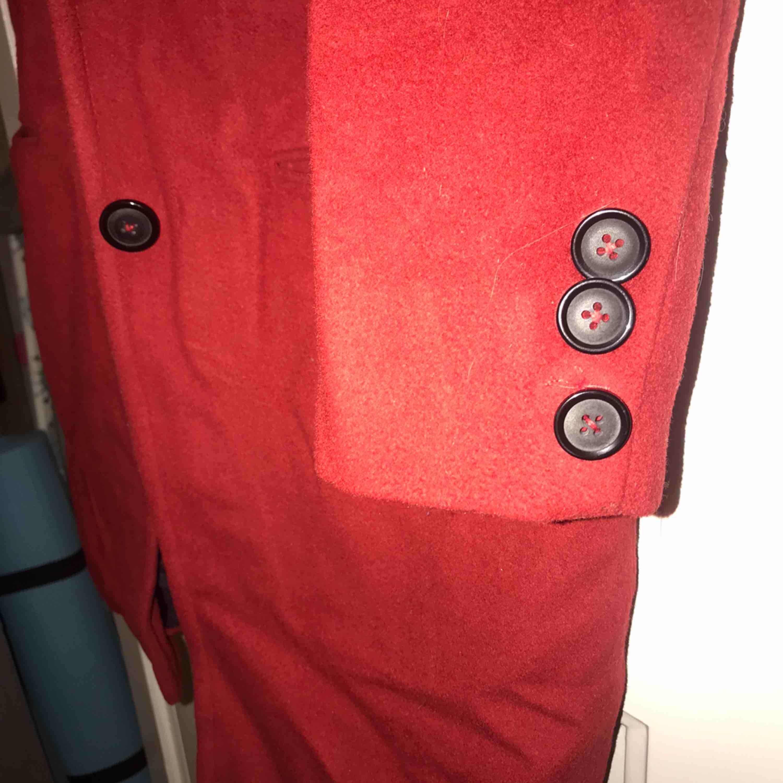 En röd kappa som jag fick skräddarsydd utomlands. Så finns ingen som har en likadan utan valde själv färg och knappar osv. Passar en XS-S.  . Jackor.