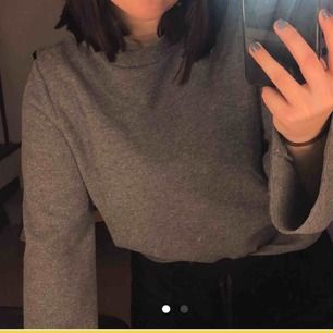 Grå tröja med vida ärmar från Gina Tricot. Använd fåtal gånger och sparsamt använd. Köparen står för frakten :)