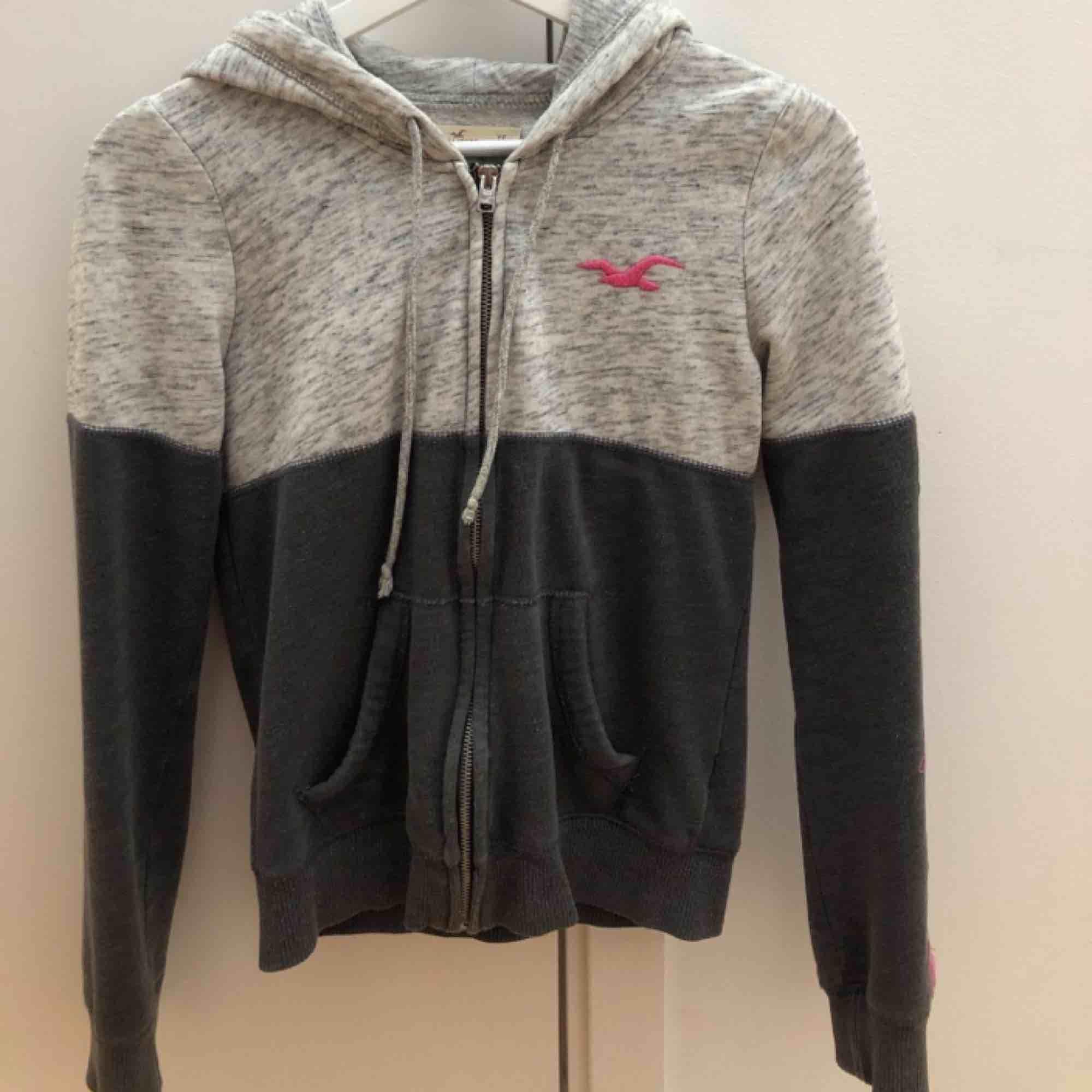 En snygg Hollister hoodie i gott skick. Använt fåtal gånger. Köpt är köpt. Pris+frakt👊🏼. Tröjor & Koftor.