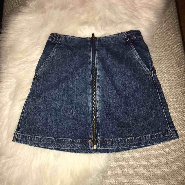 En kjol från Zara, lite använd, sitter tyvärr för tajt på mig. . Kjolar.