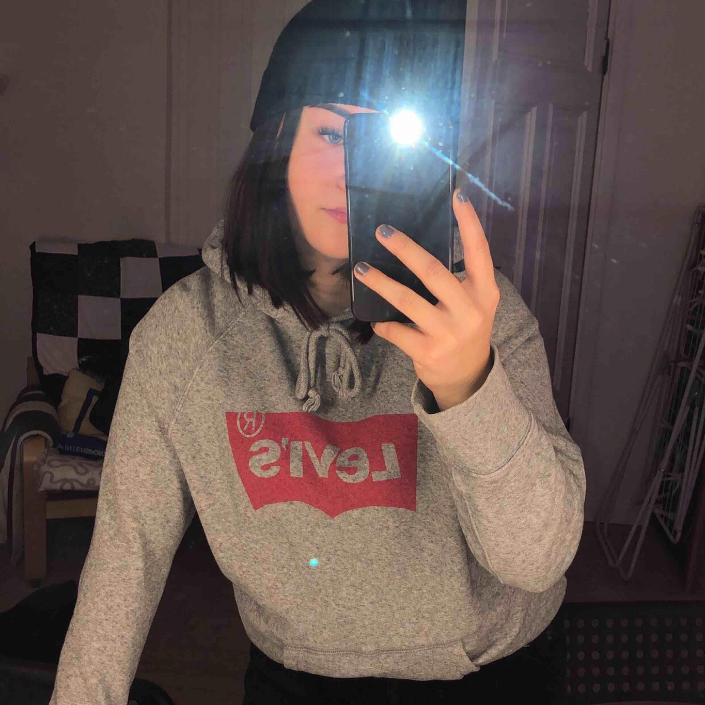 Grå hoodie ifrån Levi's. Säljes då den inte kommer till användning och bara tar plats i garderoben. Köparen står för frakten :). Huvtröjor & Träningströjor.