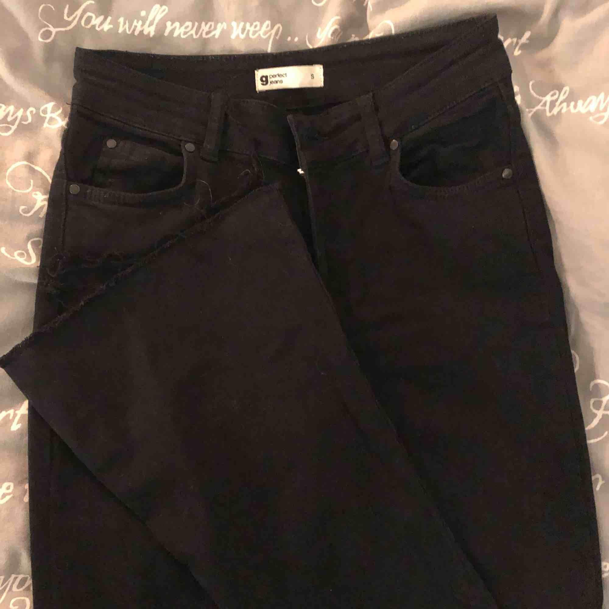 Bootcut jeans från GinaTricot med hål i knäna knappt använda kan frakta med då står köparen för frakten som är 50kr💗. Jeans & Byxor.