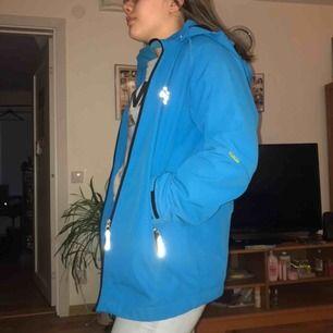 Blå jacka i storlek 170. Fint skick och hel över allt. Dragkedjan funkar som den ska. Köp från Lindex några år sen