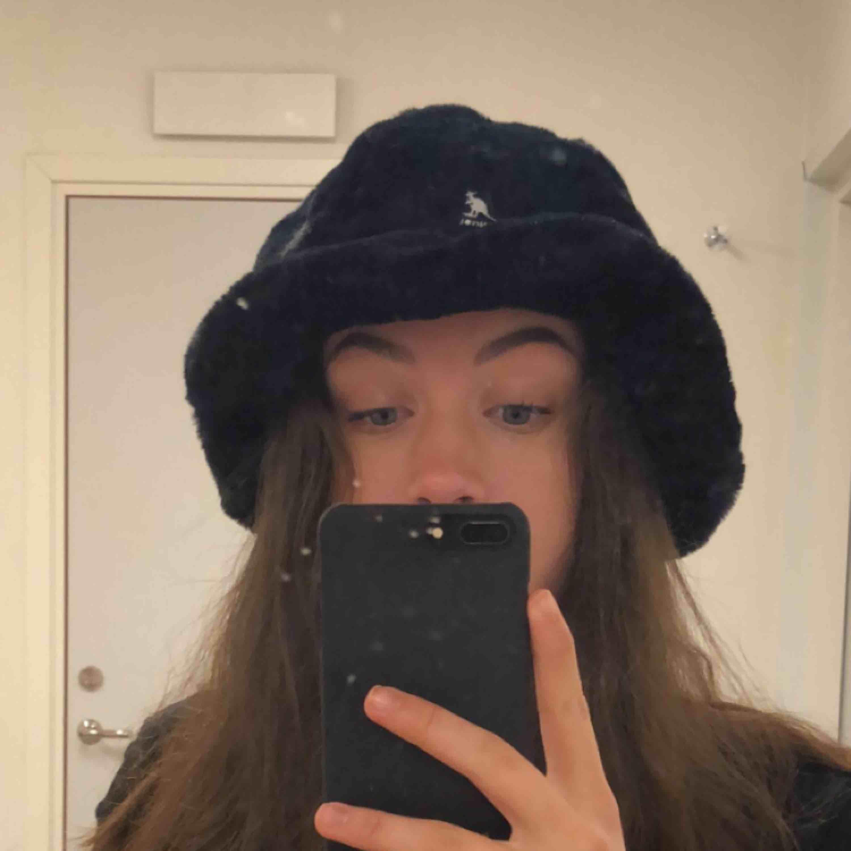 Svart fluffig bucket hat från Kangol🧚🏻♀️ så mysig, storleken är L, passar mig som har runt 58 i storlek. Frakt tillkommer 🥰🌈💕 (har egna bilder, kan skicka i dm). Accessoarer.