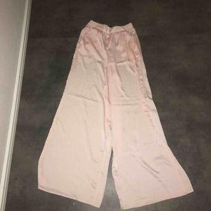 Fina utsvängda byxor, lite genomskinliga. Köparen står för frakt
