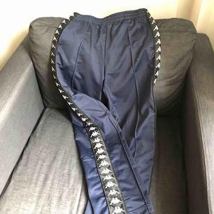 Kappa track pants, storlek medium unisex. Nypris ca 550:- välanvända men fräscha. Säljes pga för små nu. Köparen står för frakten.