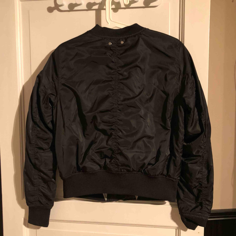 Säljer en svart bomberjacka från pull & bear i storlek m. Använd fåtal gånger inga slitningar eller hål.. Jackor.