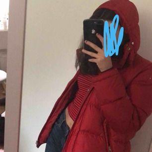 Dn röd varm dunjacka ifrån Åhlens. Är i bra skick men den är använd. Storlek: Xs, men passar en S också då den är lite stor i storleken.  Köptes för 1000kr för många år sen