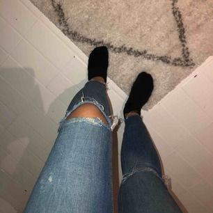 Jättefina jeans från zara som tyvärr inte kommer till användning längre pga av de inte är min stil längre. Frakt tillkommer 😝🤘🏼