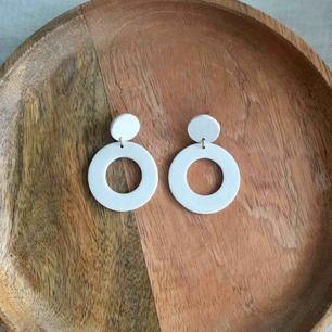 Handgjorda benvita örhängen i lera. Finns att få både i silvriga och guldiga detaljer. •frakt 9 kr •insta: dorisclaydesign