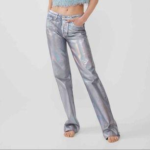 Superpopulära jeans/byxor från zara i silver-aktig färg!💓 Använda 2-3 ggr, storlek 34, men skulle säga att de passar en XS eller S!!