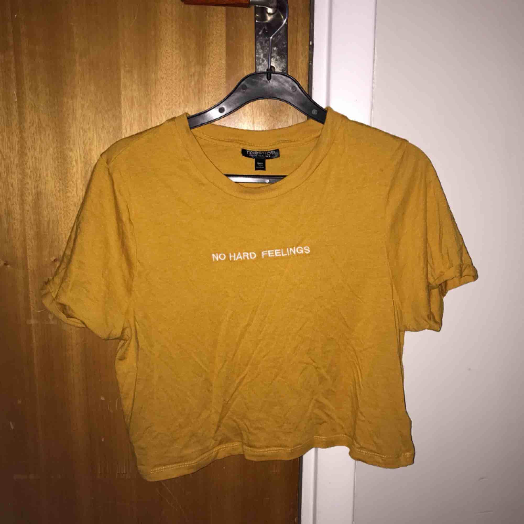 Snygg croppad T-shirt från Topshop💝. T-shirts.