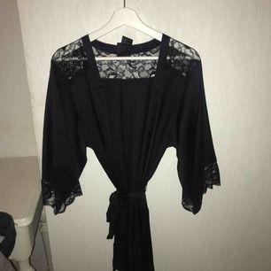 Ursnygg svart siden kimono i toppskick!😍 Storlek M men passar även S. Tyvärr har den aldrig kommit till användning och därför säljer jag den. Nypris är 250 kronor, men säljer för 100💘💓💖