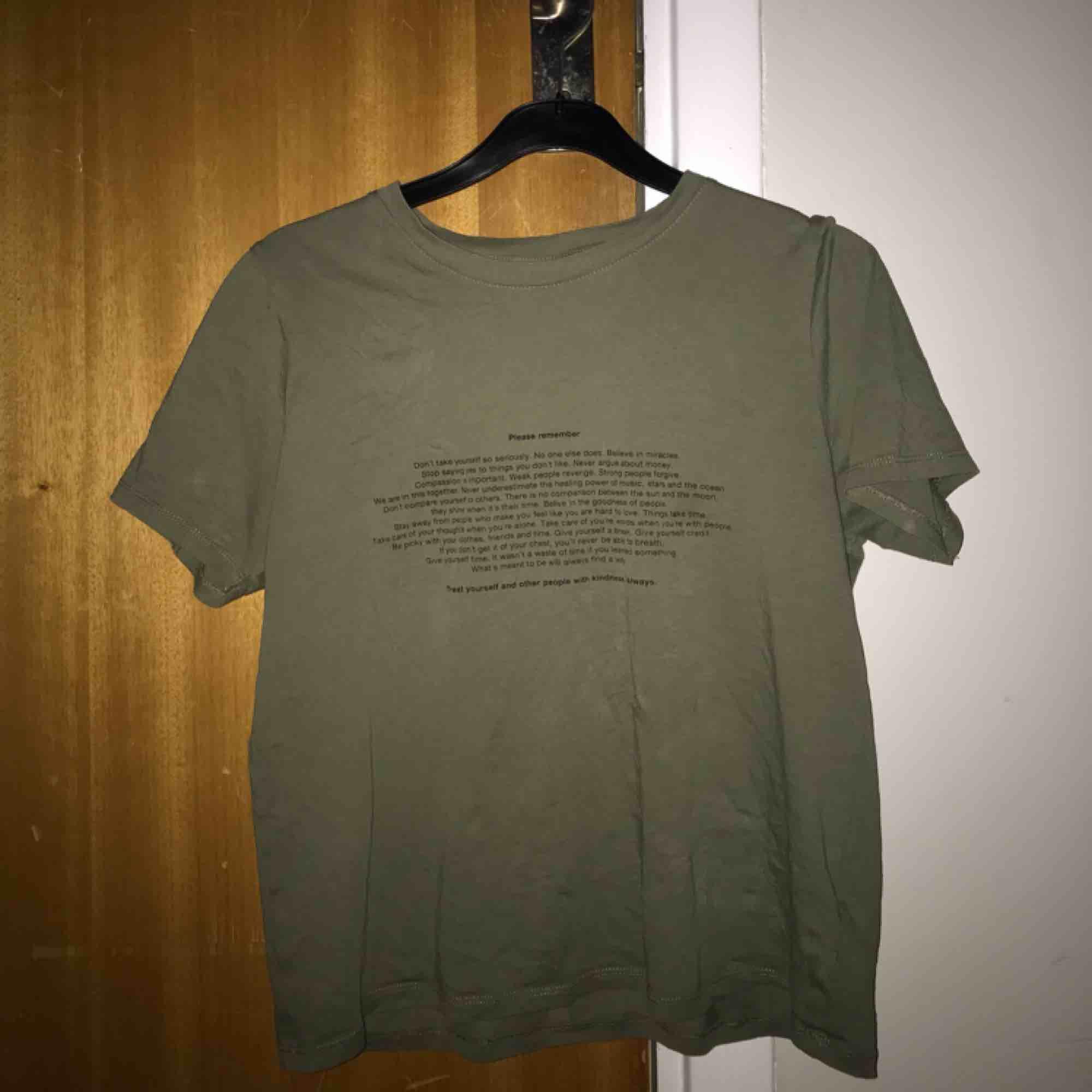 Jättefin tröja från Gina Tricot med unikt tryck🤩. T-shirts.