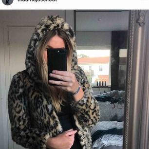 Leopardmönstrad pälsjacka med huva i bra skick, från H&M. Köparen står för frakten!