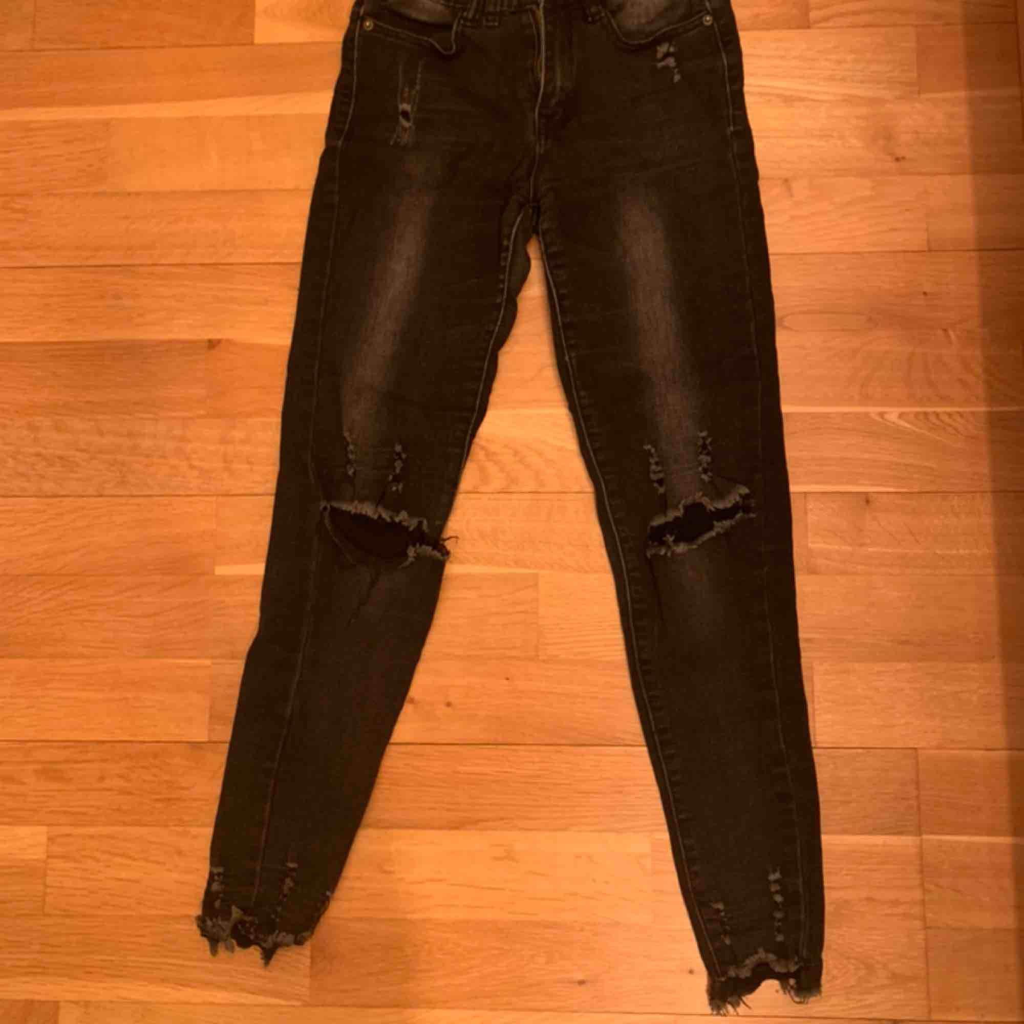 Mörkgrå jeans med hål i knäna och slitningar vid anklarna från Tessie i Göteborg. Väldigt stretchiga och sitter väldigt snyggt. . Jeans & Byxor.