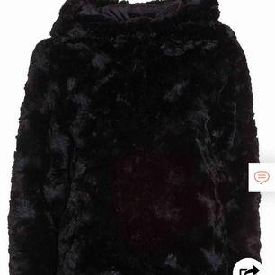 Mysig svart fake fur jacka från vero Moda! Nypris 500kr  Samma skick som en ny