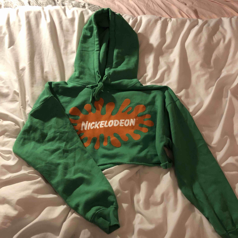 En croppad nikelodeon tröja från forever21 som jag köpte när jag var i new york 2017. Säljer den pga att jag knappt använt den. Kan mötas upp eller så står köparen för frakt. Huvtröjor & Träningströjor.