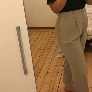 VÄRLDENS skönaste byxor no joke. Ljust beiga kostymbyxor köpta på second hand, lite stora på mig som är storlek S/M, men ack så underbara. Använda några få gånger. Möts upp i Sthlm, annars står köparen för frakten.💛