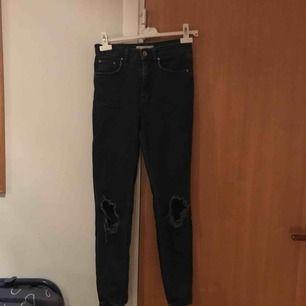 Coola jeans från Gina Tricot i modellen Leah med slitningar på knäna✌🏼🌸