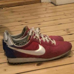 Jättesköna rosa o blå Nike skor köpta på secondhand. Storlek 38,5! Möts upp i Sthlm, annars står köparen för frakten.💛