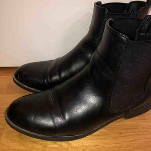 Svarta skor från Dinsko, passar bra till vintern!  Skorna har nån repa vid tårna på ena skon! Dom är i ett använt skick..😊