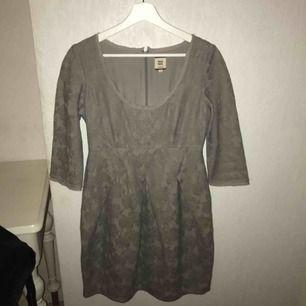 Fin ljusgrå klänning från NoaNoa i bra skick!! Nypriset var runt 1000 kronor! Köparen står för frakt