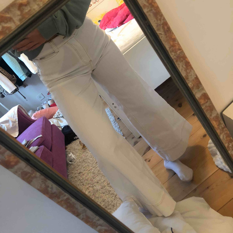 Skitsnygga jeans med bruna sömmar från Carin Wester i storlek 36, passar mig med storlek XS/S. Endast använda två gånger och köptes för 500kr👍🏼 köparen står för frakt . Jeans & Byxor.
