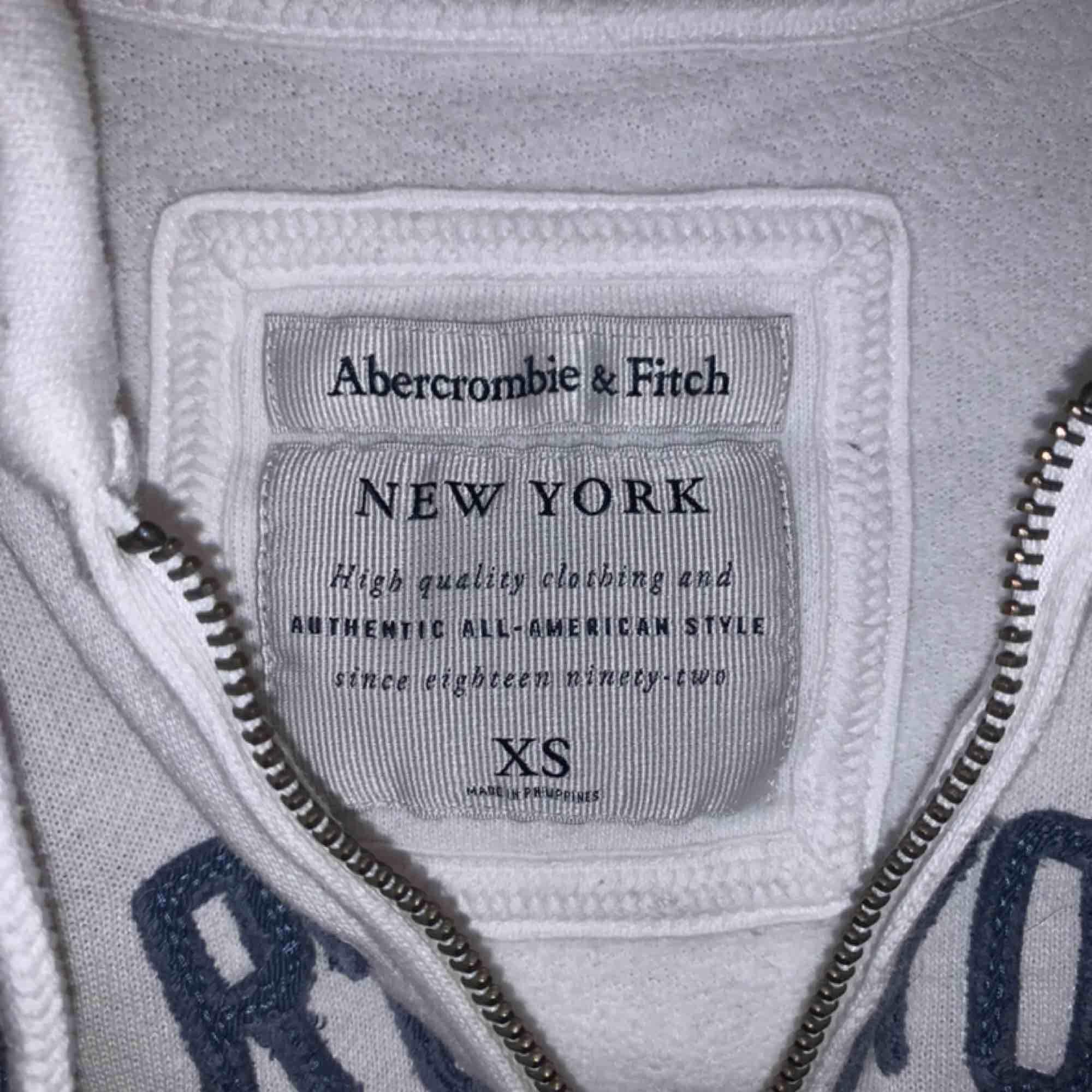 Vit kofta från abercrombie & fitch. Köpt i USA. Använd 3 ggr. . Tröjor & Koftor.