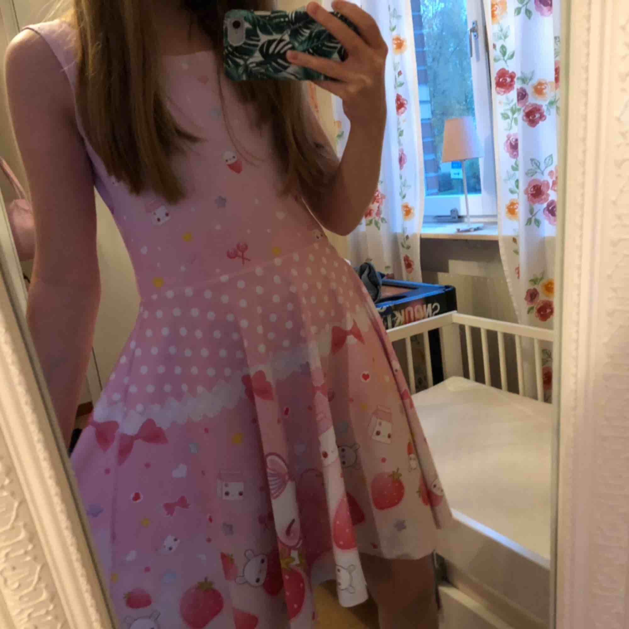 supersöt klänning från kawaii.se 🥰 säljer då det inte är min stil. köptes för 449kr. Använd några få gånger.. Klänningar.