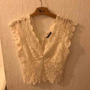 Suuupersöt spets-tröja från Zara som tyvärr inte kommit till användning:/ Storlek M, men passar även S, som jag har. Bra skick!🥰