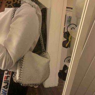 säljer min vita scorett väska, använd ett fåtal gånger. Köpt för 500kr