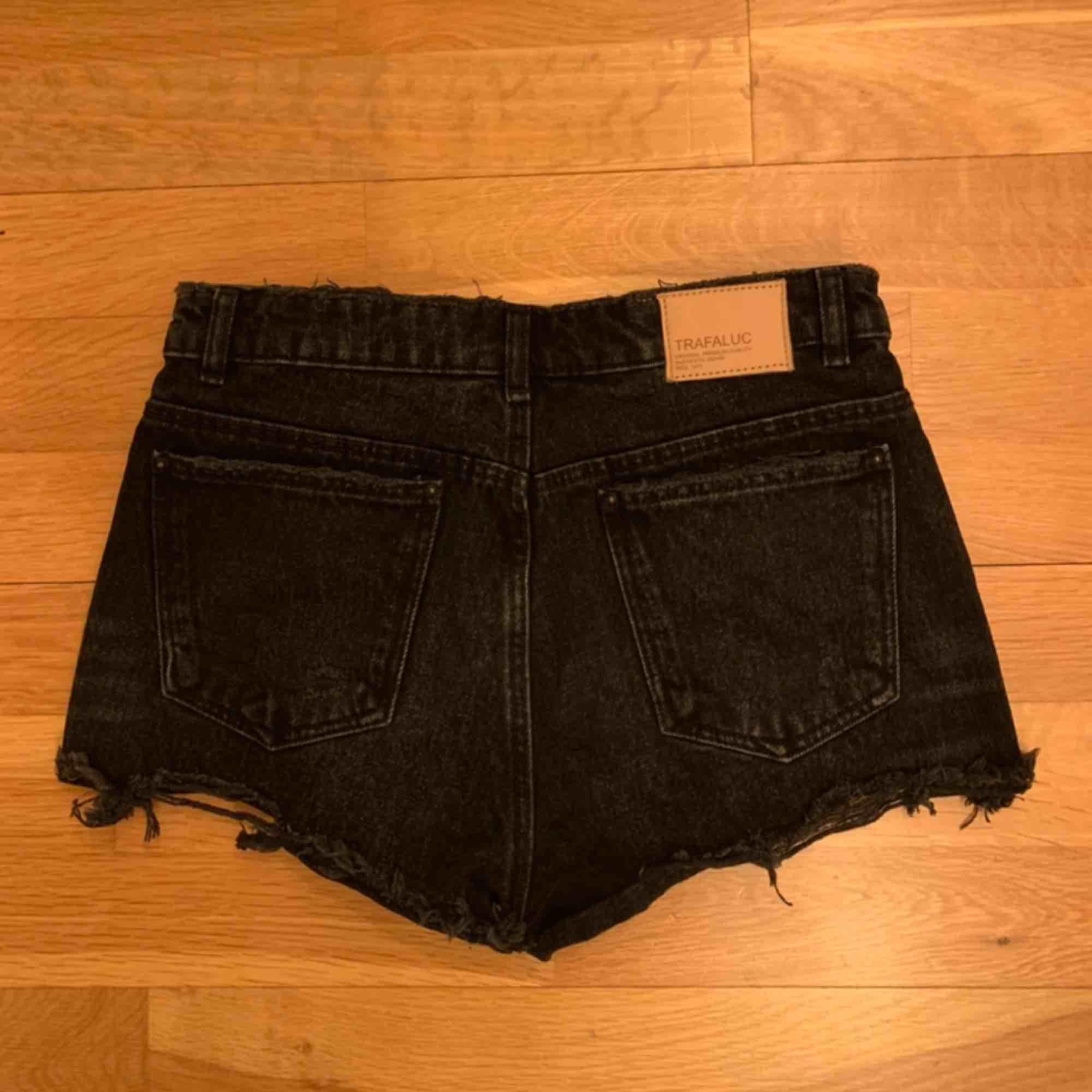 Mörkgrå short med lite slitningar. Påminner mycket och Levis shorts skulle jag säga. . Shorts.