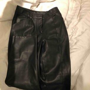 Helt oanvända skinnbyxor från H&M i storleken 38! Passar även mig som vanligtvis är 36! Raka i modellen och går till anklarna på mig som är 170! Frakten står köparen för!