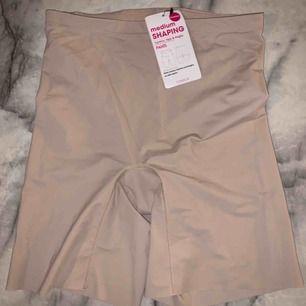 Helt nya & oanvända shaping pants, att ha under klänning/kjol eller vad som väljes. Aldrig använda & lapp kvar på!