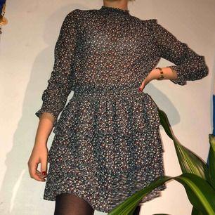 """marinblå klänning med blommor på från bikbok. i """"tyll""""-material med volangkjol. superfin till ett par strumpbyxor i höst!!💕💕frakt tillkommer!!"""