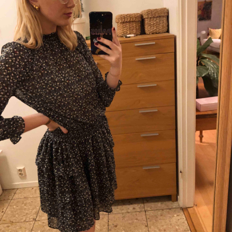 """marinblå klänning med blommor på från bikbok. i """"tyll""""-material med volangkjol. superfin till ett par strumpbyxor i höst!!💕💕frakt tillkommer!!. Klänningar."""