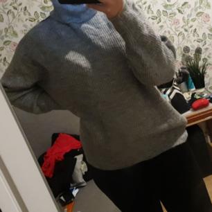 En gråa stickad tröja från H&M i storlek Xs. Aldrig använd. Köpte för 200 och säljer för 100 + frakt. Skriv för flera bilder!